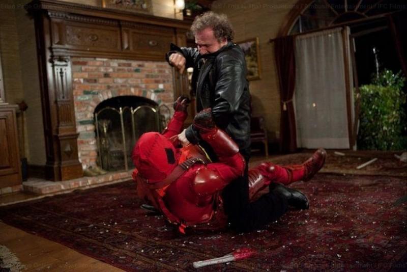Michael Rooker e Rainn Wilson lottano in una scena di Super