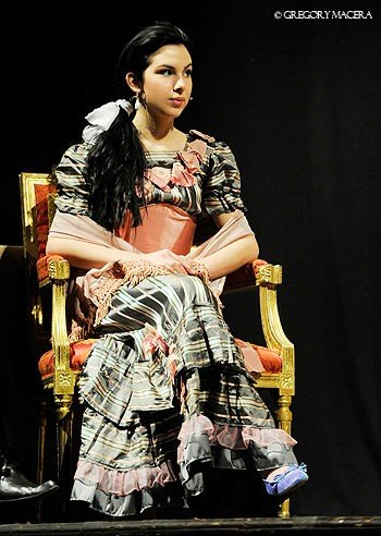 Micol Olivieri in scena con il ruolo di Rosina ne Il Barbiere di Siviglia diretta dal regista Luigi Maria Barilone.