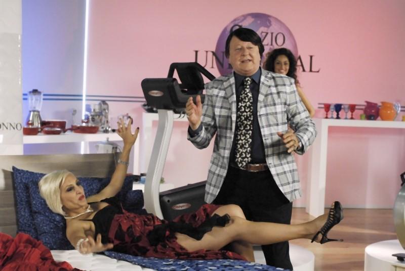 Paola Minaccioni insieme a Massimo Boldi in una scena di Matrimonio a Parigi: