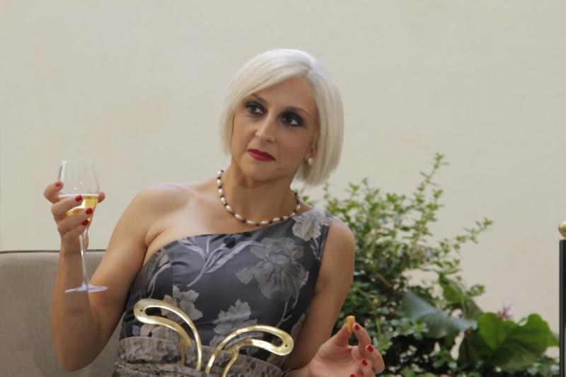 Paola Minaccioni nei panni di Elvira in una scena di Matrimonio a Parigi
