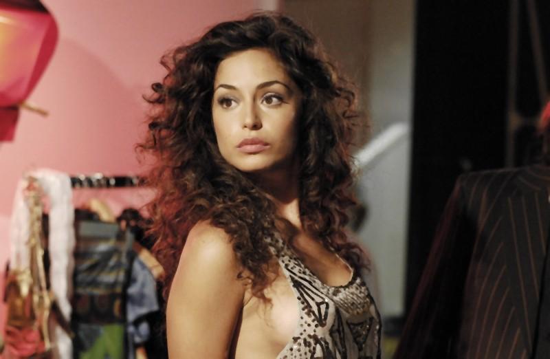 Raffaella Fico è Beatrice nella commedia Matrimonio a Parigi