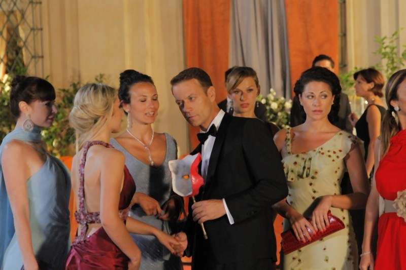 Rocco Siffredi è beato tra le donne in una sequenza di Matrimonio a Parigi