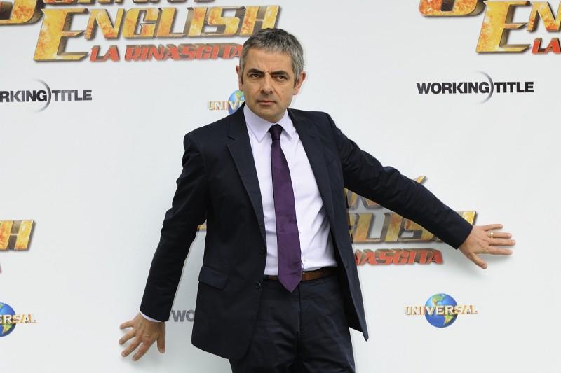 Rowan Atkinson in una divertente posa durante il photocall romano di Johnny English - La Rinascita