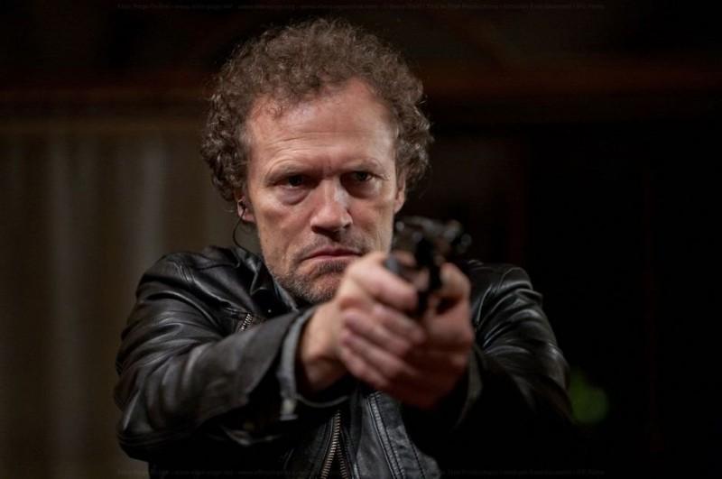 Super: Michael Rooker impugna la pistola in una scena del film