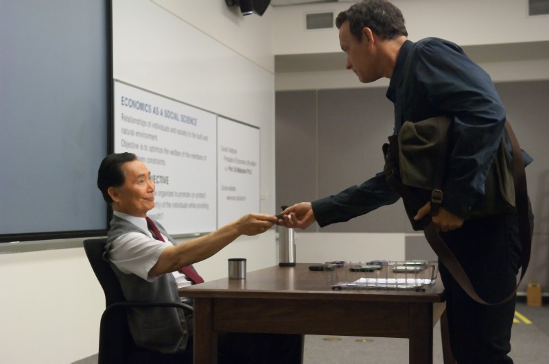 Tom Hanks e George Takei in una scena di L'amore all'improvviso - Larry Crowne