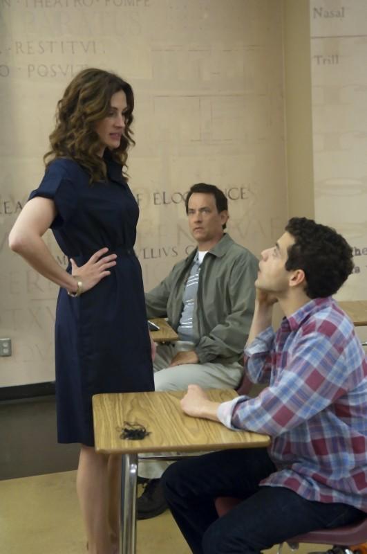 Tom Hanks, Julia Roberts e Rami Malek in una scena di L'amore all'improvviso - Larry Crowne