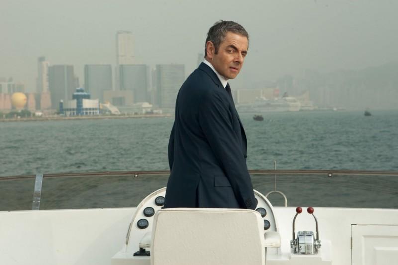 Johnny English: La Rinascita, il protagonista Rowan Atkinson in una buffa scena del film