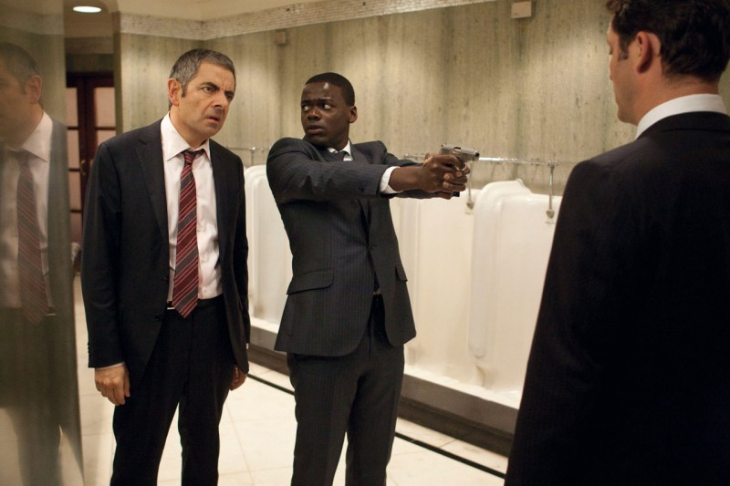 Johnny English: La Rinascita, Rowan Atkinson e Daniel Kaluuya in una scena del film