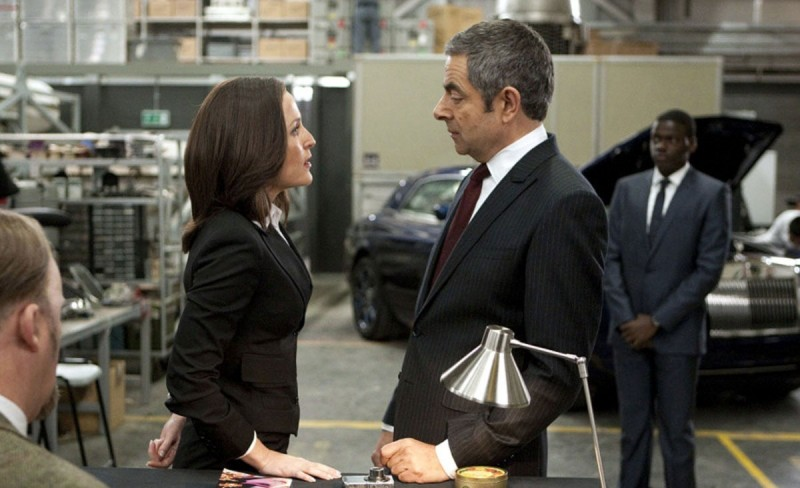 Rowan Atkinson e Gillian Anderson in una scena della spy-comedy Johnny English: La Rinascita