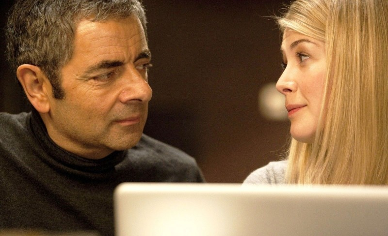Rowan Atkinson e Rosamund Pike in una scena di Johnny English: La Rinascita