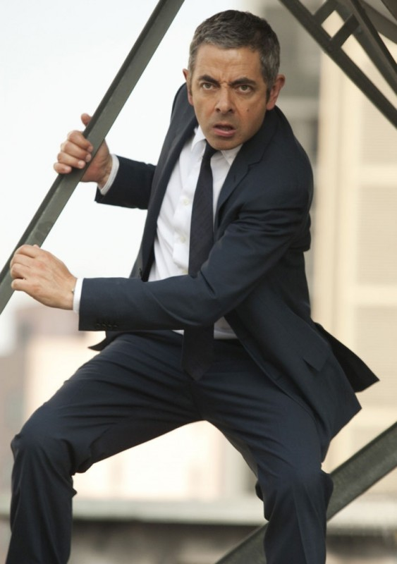 Rowan Atkinson fugge dal pericolo in una sequenza del movimentato Johnny English: La Rinascita