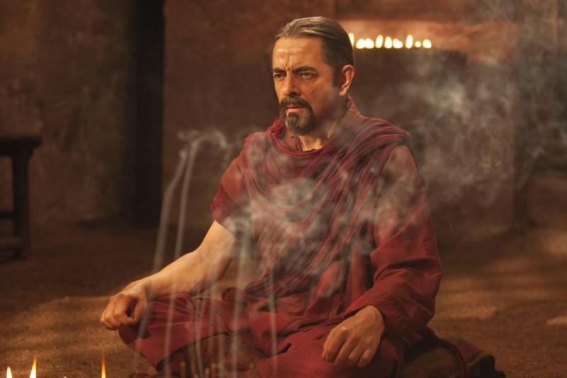 Rowan Atkinson in una mistica sequenza del film Johnny English: La Rinascita, diretto da Oliver Parker