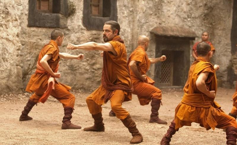 Rowan Atkinson si allena in una scena della commedia Johnny English: La Rinascita