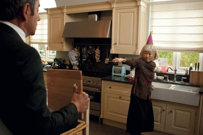Rowan Atkinson tenta di schivare i fendenti sferrati da un'arzilla vecchietta in una scena di Johnny English: La Rinascita