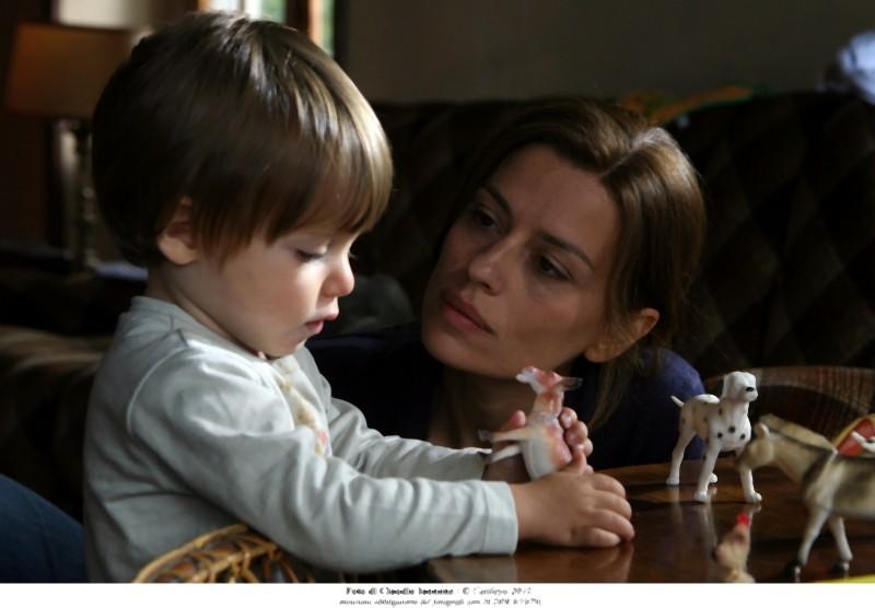 Claudia Pandolfi nei panni di Marina in una scena di Quando la notte insieme al suo bambino
