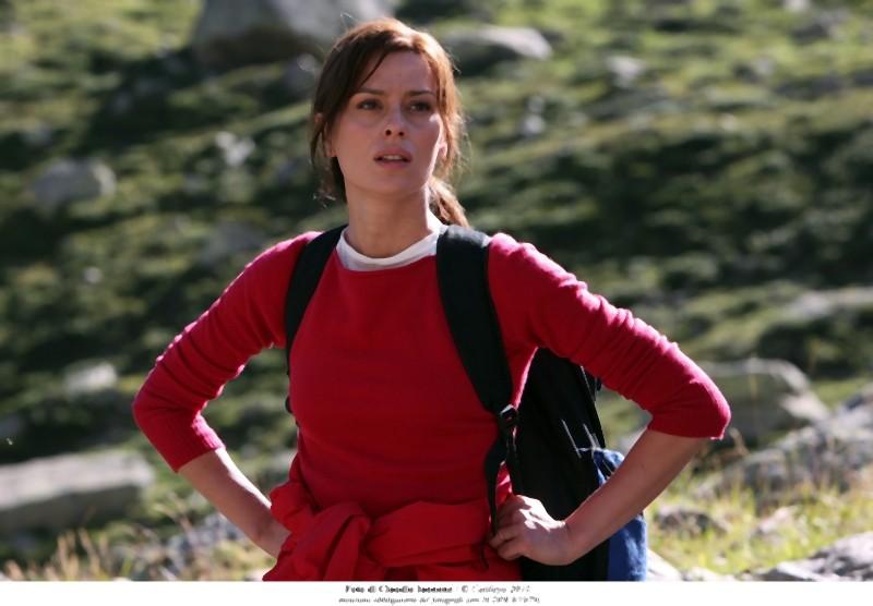 Claudia Pandolfi osserva la montagna in una scena di Quando la notte