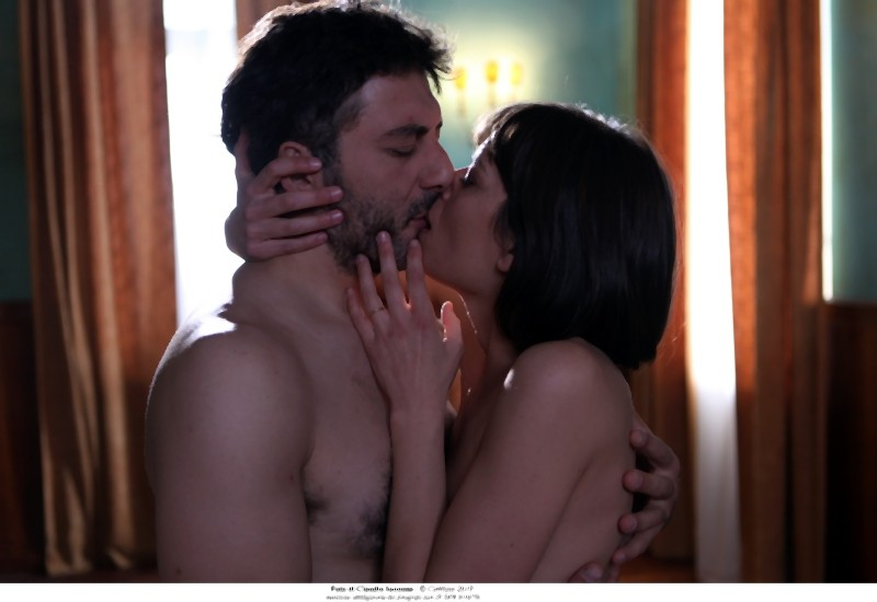 Filippo Timi e Claudia Pandolfi in una scena d'amore di Quando la notte