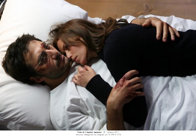 Filippo Timi e Claudia Pandolfi si abbracciano teneramente in una scena di Quando la notte