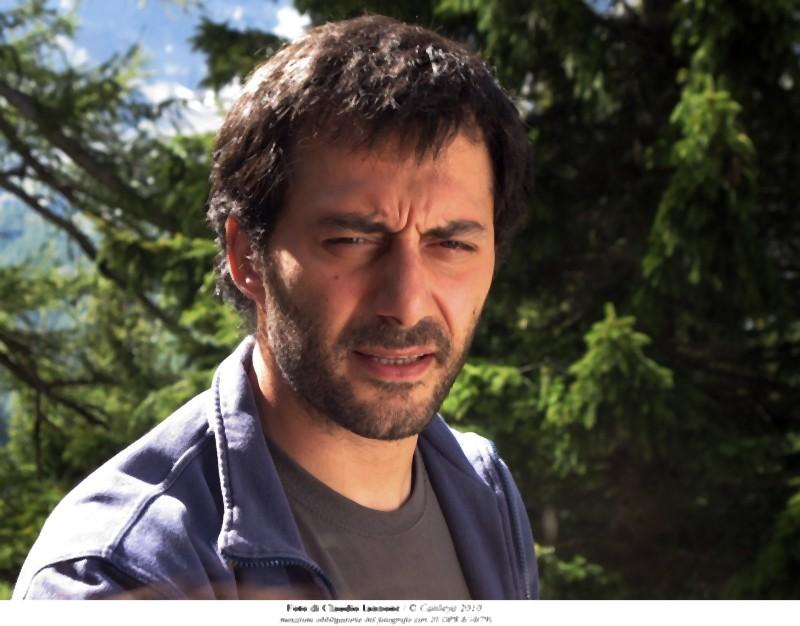 Filippo Timi è la guida montana Manfred in una scena del film Quando la notte di Cristina Comencini