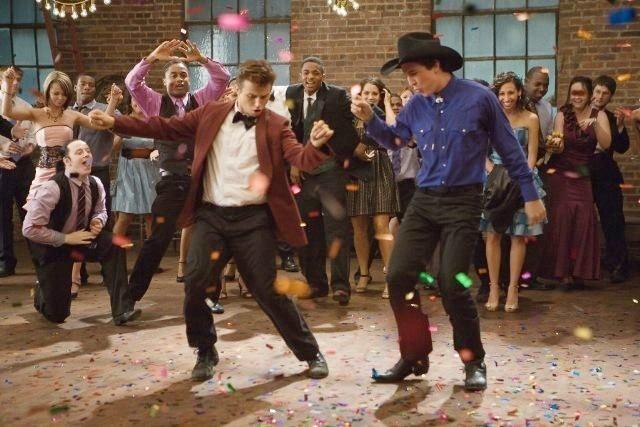 Footloose (2011) Kenny Wormald e Miles Teller in una scena di ballo
