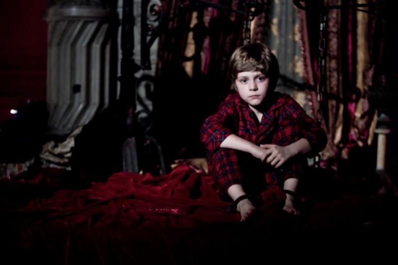 Il piccolo Ty Simpkins nei panni di Dalton Lambert nell'horror Insidious