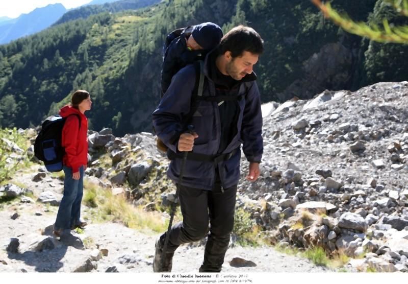 Quando la notte: Filippo Timi e Claudia Pandolfi durante una passeggiata in montagna