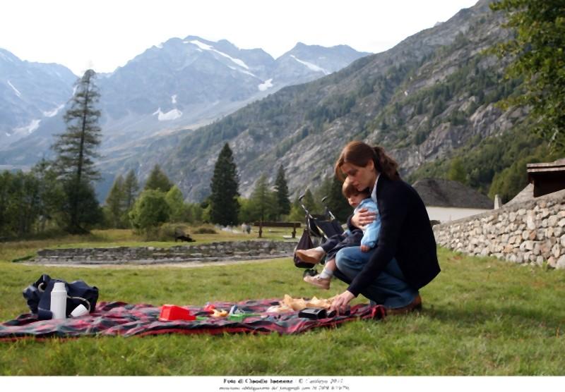 Quando la notte: la protagonista Claudia Pandolfi in una scena del film nei panni di Marina insieme al suo bambino