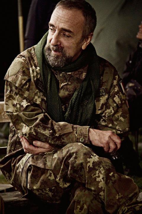 Silvio Orlando rilassato in un'immagine dal set di Missione di pace