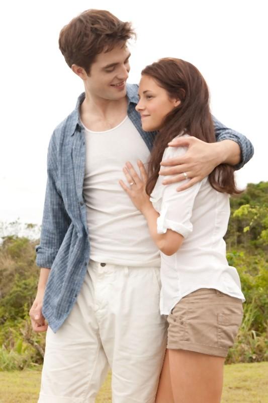 The Twilight Saga: Breaking Dawn - Parte I, Robert Pattinson e Kristen Stewart si abbracciano teneramente