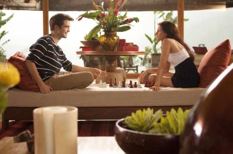 The Twilight Saga: Breaking Dawn - Parte I, Robert Pattinson e Kristen Stewart si rilassano con una partita a scacchi in una scena del film