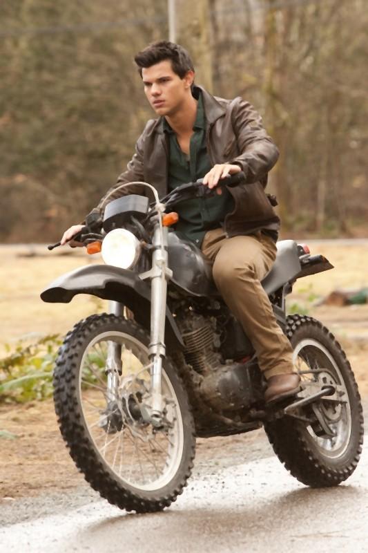 The Twilight Saga: Breaking Dawn - Parte I, Taylor Lautner a bordo della sua moto in un'immagine del film