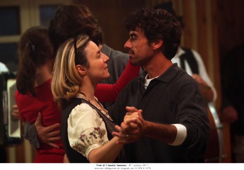 Thomas Trabacchi e Michela Cescon in una scena del film Quando la notte