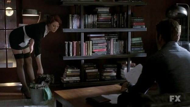 American Horror Story: Dylan McDermott (di spalle) in una scena del pilot con Alexandra Breckenridge