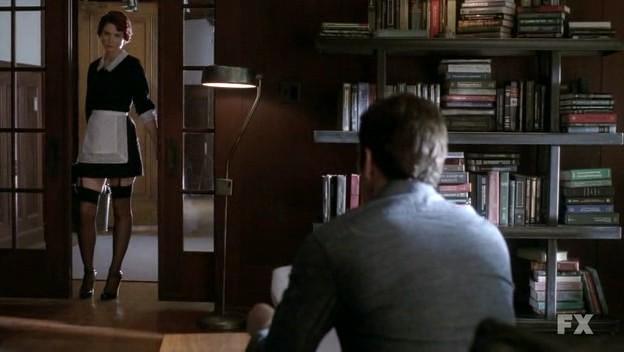 American Horror Story: Dylan McDermott (di spalle) in una scena del pilot con la sensuale Alexandra Breckenridge