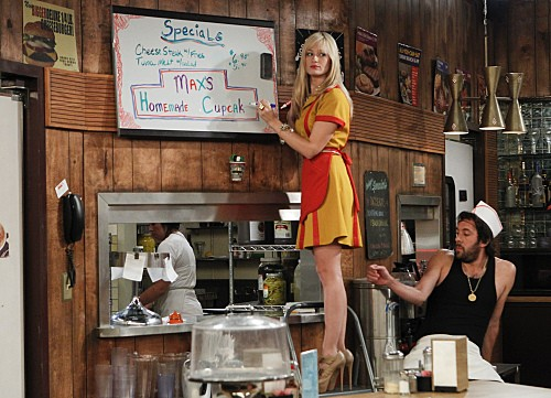 Beth Behrs e Jonathan Kite nell'episodio And The Break-Up Sc di Two Broke Girls