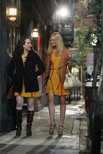 Kat Dennings e Beth Behrs in una scena del pilot di Two Broke Girls