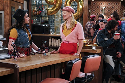 Kat Dennings e Beth Behrs in una scena dell'episodio And the '90s Horse Party di Two Broke Girls