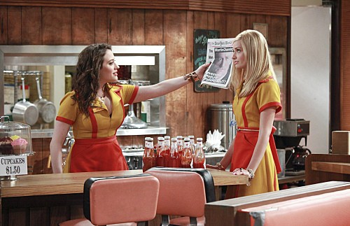 Kat Dennings e Beth Behrs, le due protagoniste di Two Broke Girls in una scena del pilot