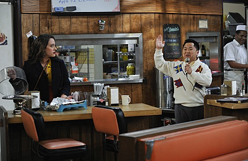 Kat Dennings e Matthew Moy in una scena dell'episodio And the Rich People Problems di Two Broke Girls