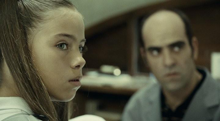 Mientras Duermas: Luis Tosar (sullo sfondo)  in una scena del thriller di Balaguerò