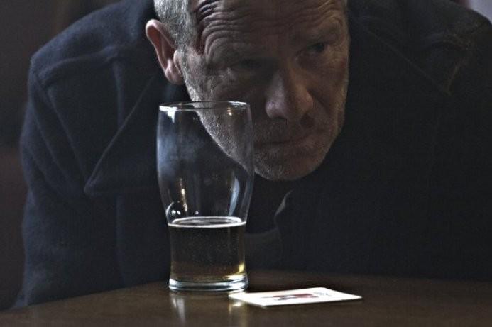 Peter Mullan in una scena di Tyrannosaur, il dramma diretto da Paddy Considine