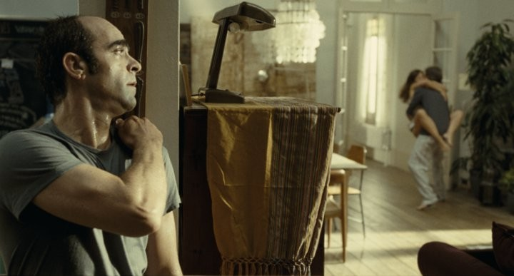 Sleep Tight: Luis Tosar in una scena del thriller di Balaguerò