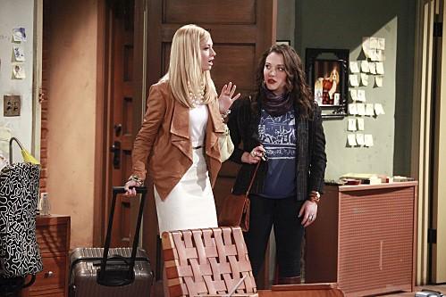 Two Broke Girls: Kat Dennings e Beth Behrs in una scena del pilot