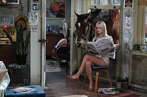Two Broke Girls: la bionda Beth Behrs in una divterente scena dell'episodio And the '90s Horse Party