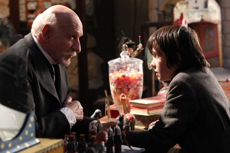 Ben Kingsley e Asa Butterfield faccia a faccia in una scena di Hugo Cabret 3D