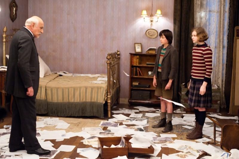 Ben Kingsley insieme a Chloe Moretz e Asa Butterfield in una scena di Hugo Cabret 3D