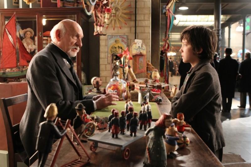 Ben Kingsley insieme ad Asa Butterfield in una scena di Hugo Cabret 3D