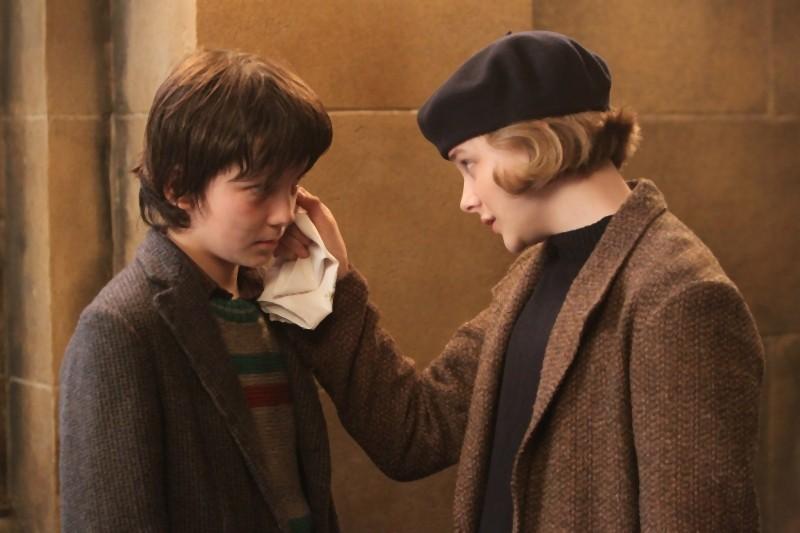 Chloe Moretz e Asa Butterfield in una tenera scena di Hugo Cabret 3D