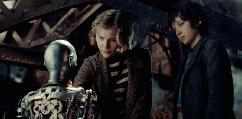 Chloe Moretz insieme ad Asa Butterfield in una scena di Hugo Cabret 3D