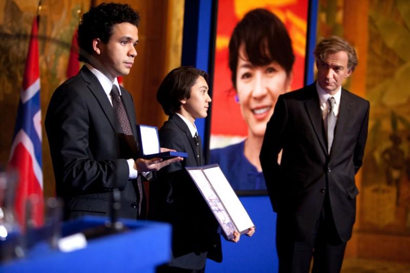 David Thewlis in una scena di The lady di Luc Besson insieme a Jonathan Woodhouse e Jonathan Raggett